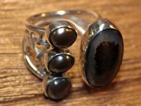 Apraksts : Gredzens ar melnajām Pērlēm, Ahātu un kausētiem elementiem, Materiāls : Sudrabs
