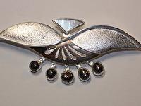 Apraksts : Kulons-Piespraude ar Pērlēm un Perlamutru, Materiāls : Sudrabs ar Zeltu